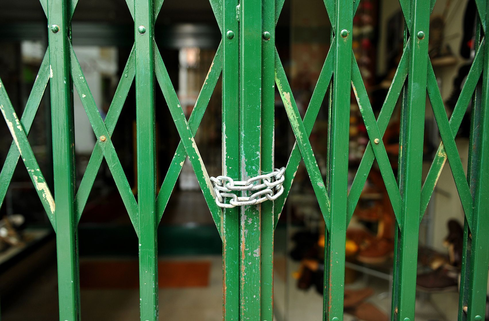Verja verde cerrada con una cadena