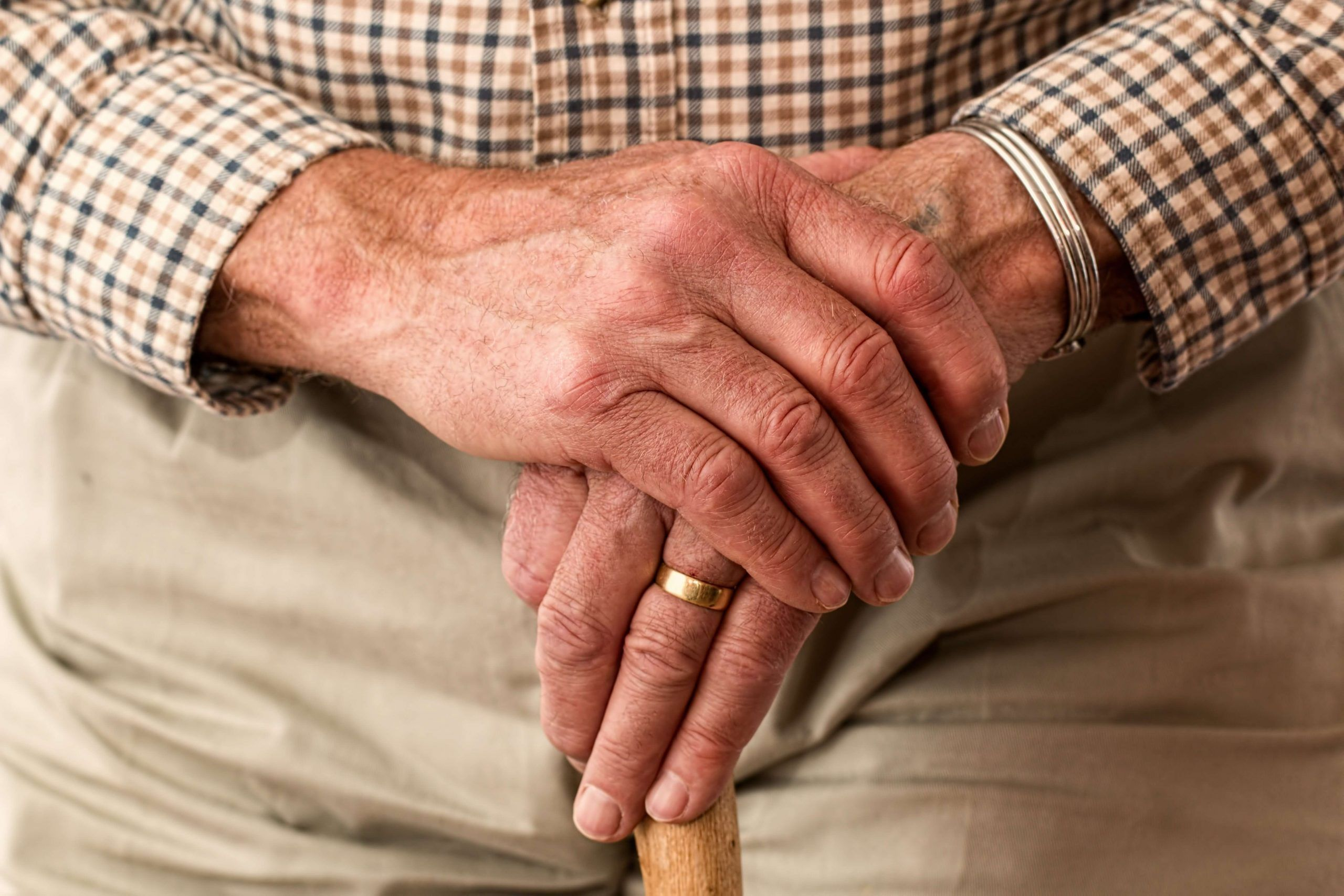 manos anciano esperando desheredar familiar