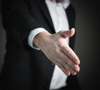 mano para firmar contrato de alquiler
