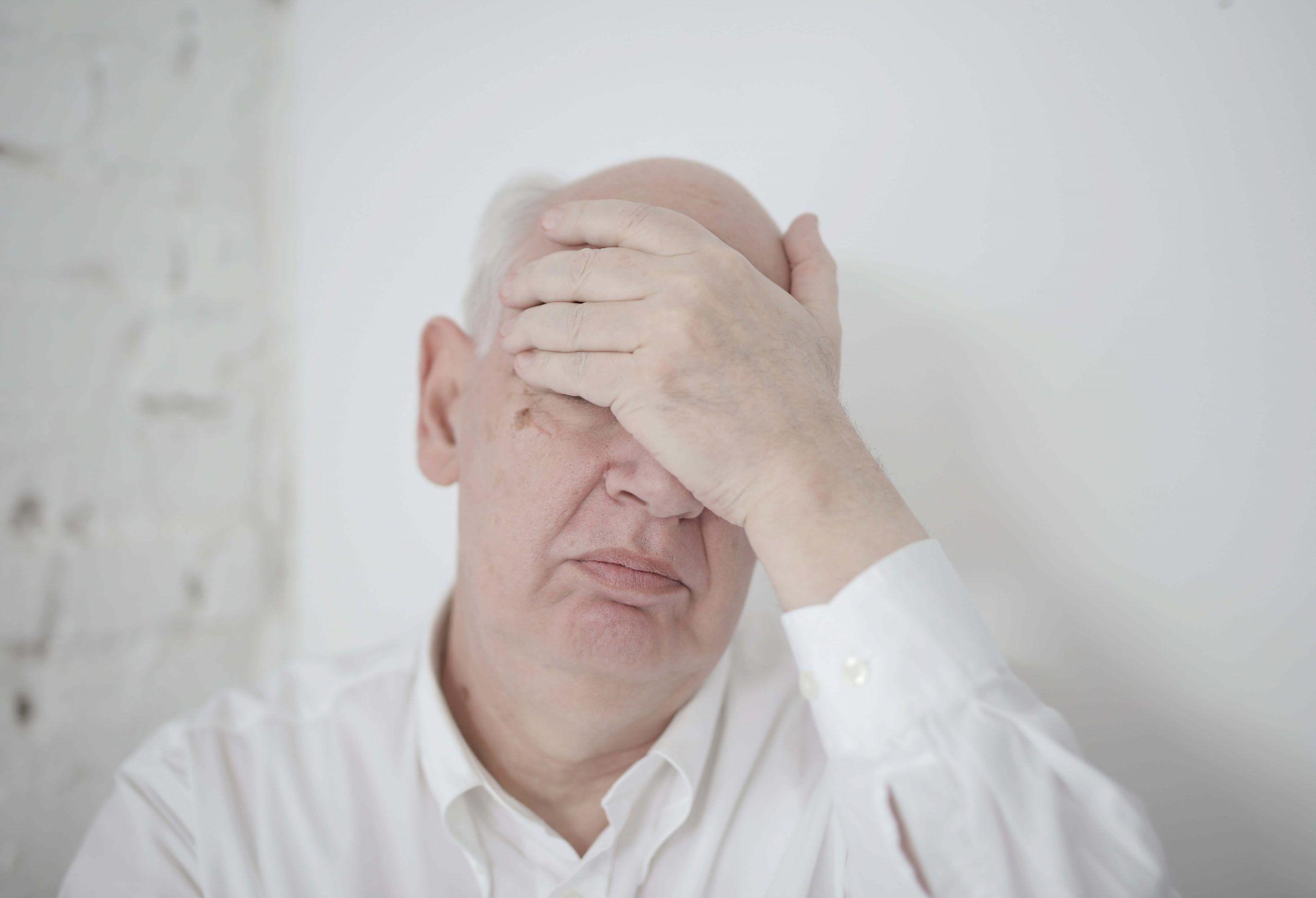 hombre preocupado de recibir una carta de despido por bajo rendimiento