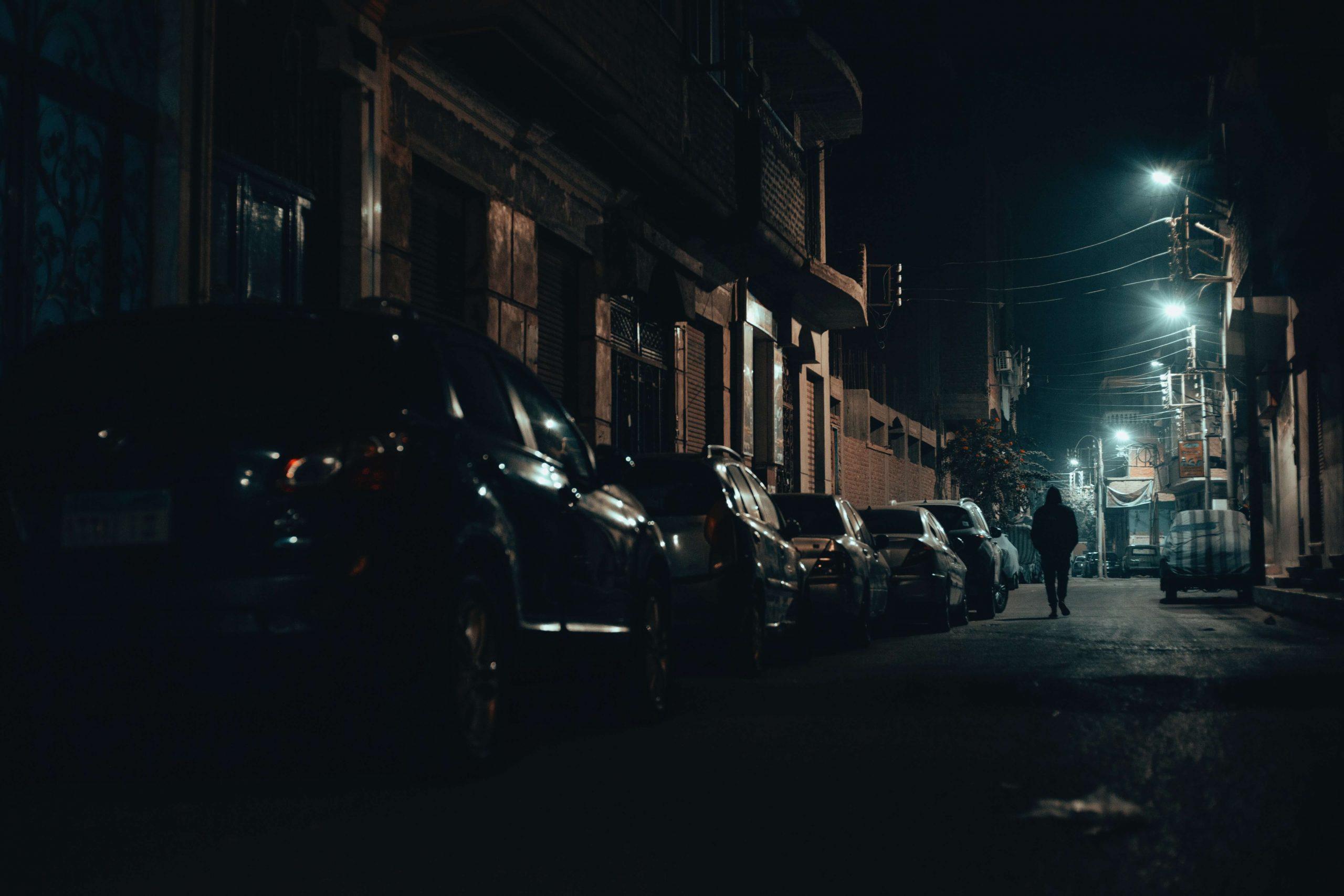 en la calle por la noche por no tener prorroga en el contrato de alquiler